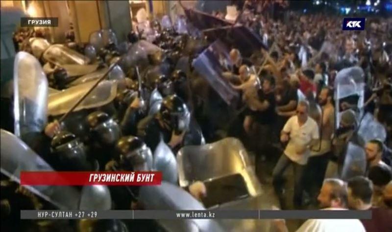 Многотысячный штурм здания парламента Грузии привёл к отставке спикера