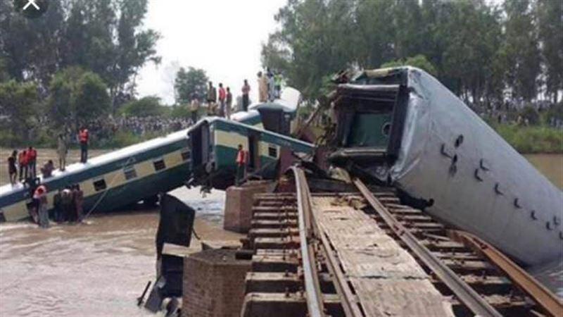 5 человек погибли в результате схода поезда с рельсов в Бангладеш