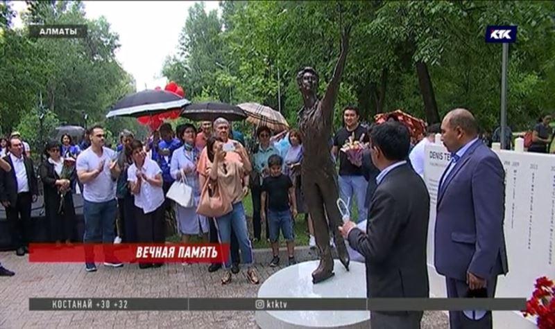 В Алматы установлен бронзовый памятник Денису Тену