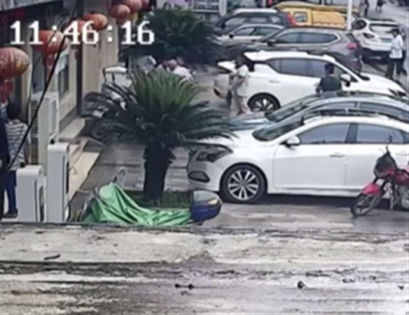 ШОК: В Китае мужчина на бегу поймал выпавшего из окна ребенка