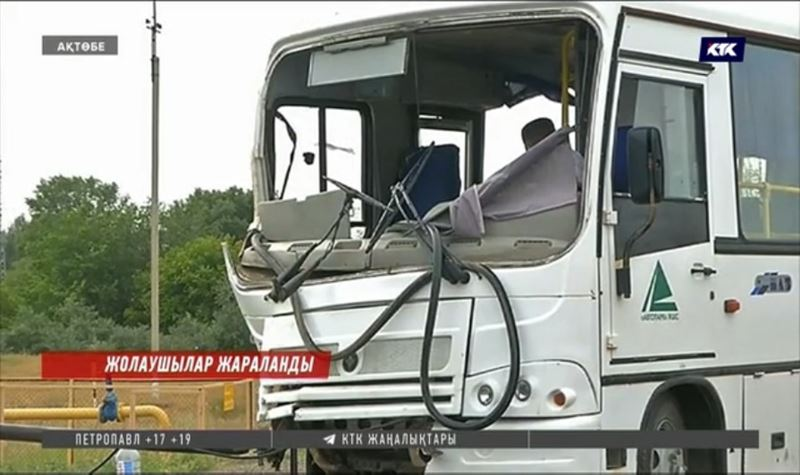 Жолаушылар мінген автобусқа Камаз соғылды
