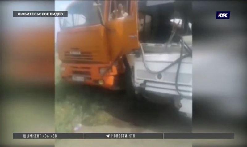 В Актобе КамАЗ врезался в автобус, один пассажир погиб