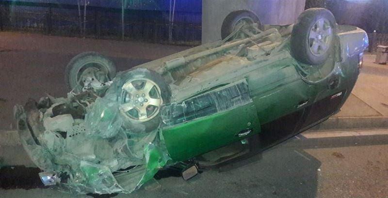 В Алматы перевернулся автомобиль, врезавшись в столб