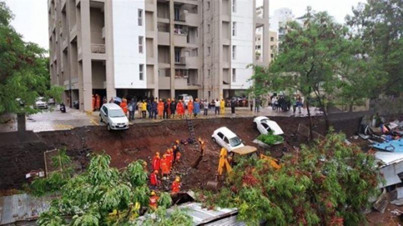 Стена жилого дома рухнула прямо на бараки с людьми в Индии