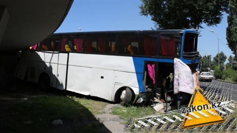 Озвучены подробности аварии с участием автобуса в Алматы