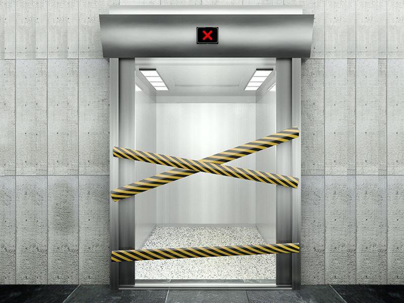 Лифтіде қамалып қалған әйел ішімдіктің арқасында аман қалған