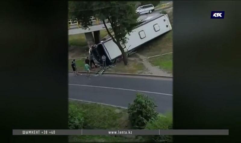 Аким поручил разобраться в причинах ЧП с рухнувшим автобусом