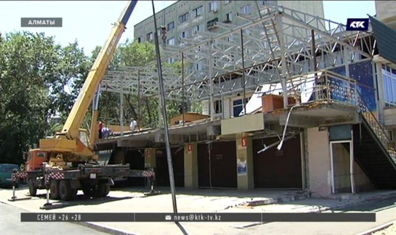 Вместо сноса у многоэтажки в Алматы снова начали строить