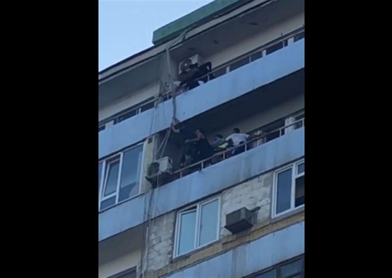В Актау полицейские спасли парня, который едва не свел счеты с жизнью