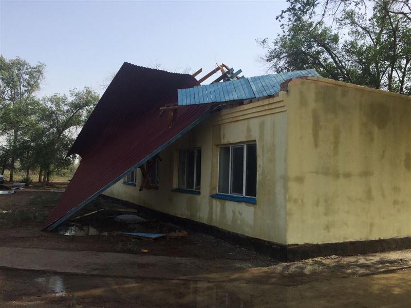 Сильный ветер снес крышу здания в детском лагере «Тулпар»