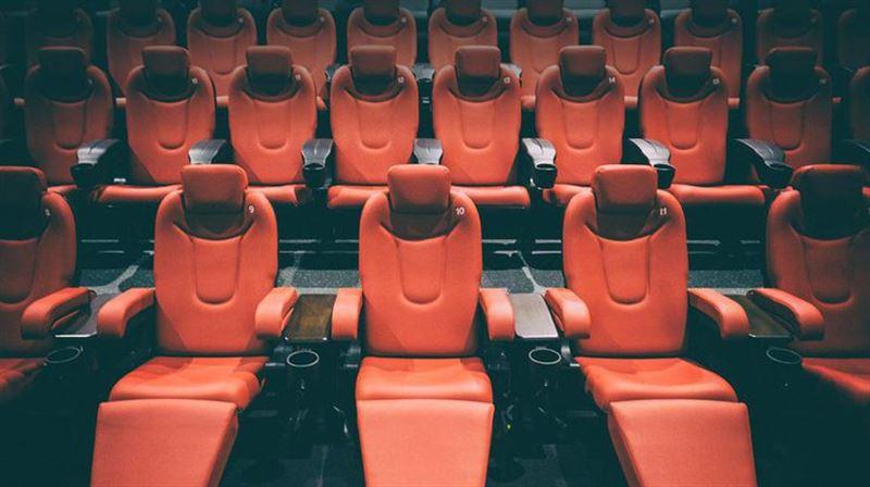 Зейнеткер кинотеатрда қорқынышты кино көріп отырып көз жұмды