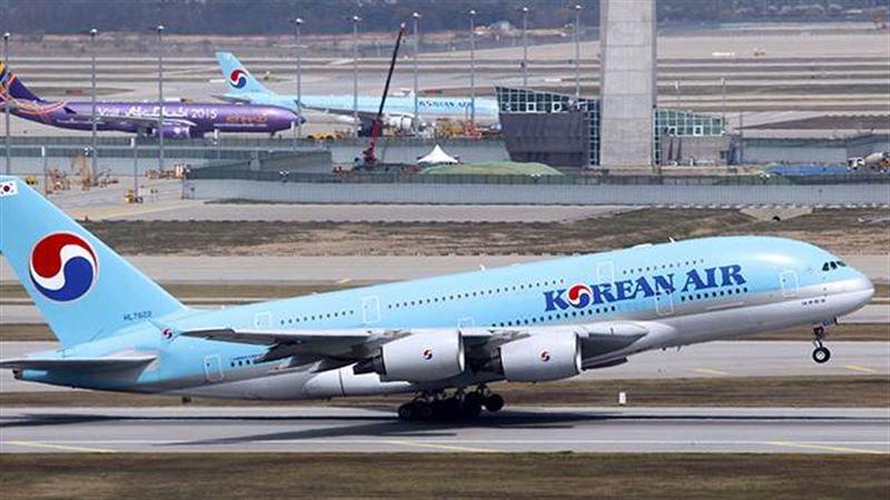 Командир пассажирского самолета потребовал налить ему алкоголь во время полета