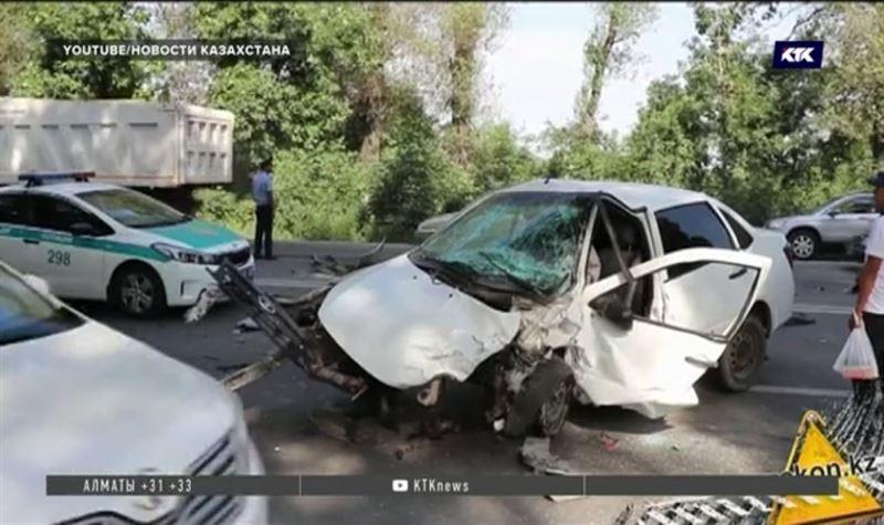 В утреннем ДТП столкнулись три автомобиля