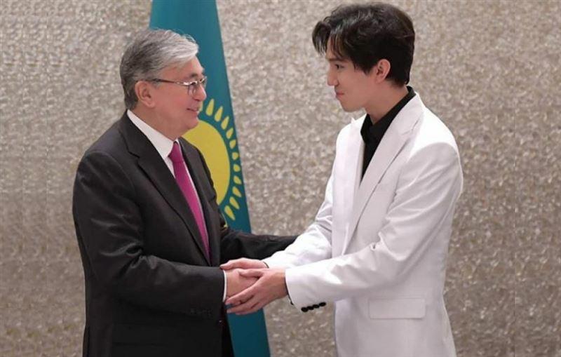 Димаш Кудайберген прочитал стихи Абая, приняв эстафету от президента Казахстана