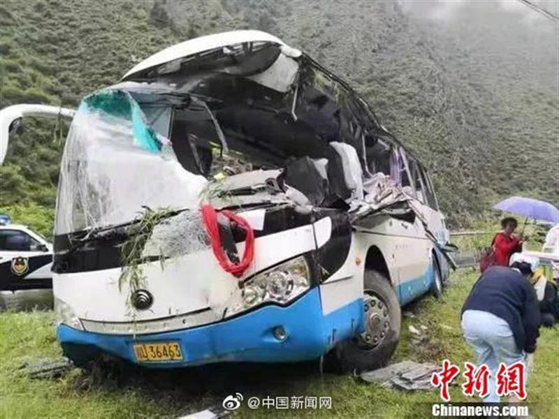 Туристер толы автобусты жартас басып қалды