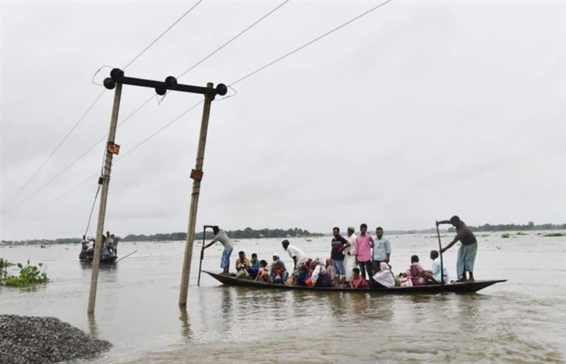 Более 400 тысяч человек находится в зоне наводнения в Индии: разрушены мосты и дороги