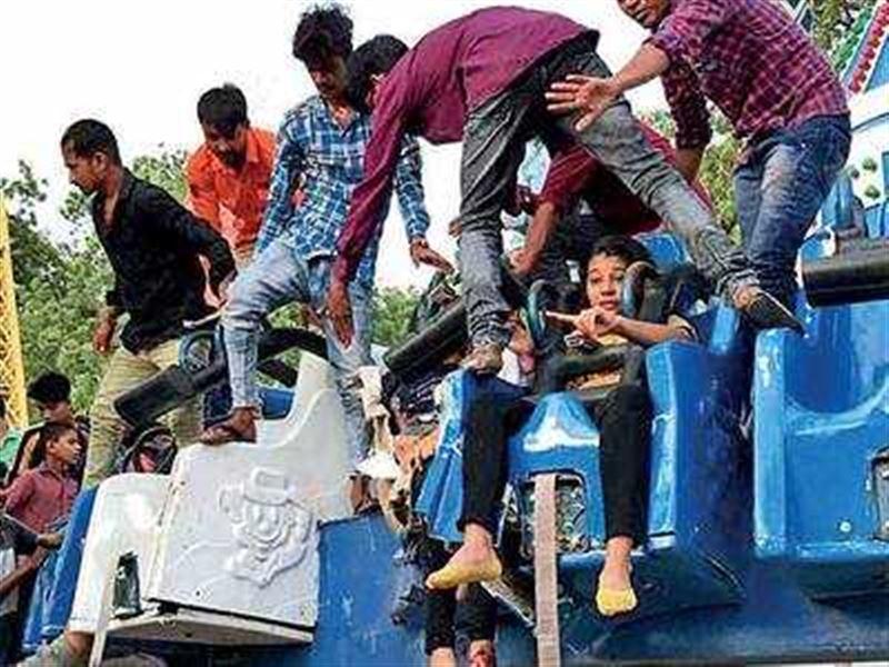 Два человека погибли при обрушении аттракциона в Индии
