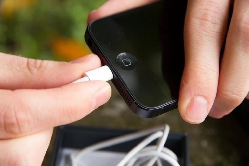 23-летнего парня убило током во время зарядки телефона