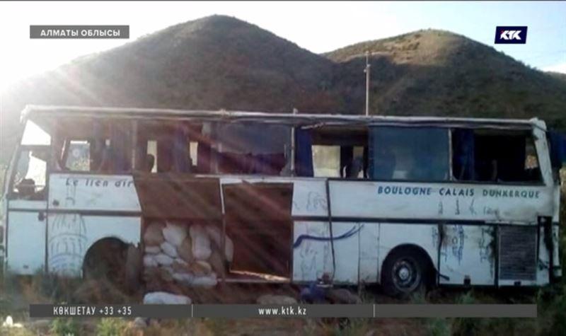 Алматы облысында саяхатшылар толы автобус аударылды