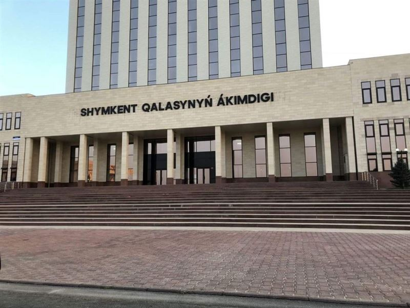 Многодетная мать-одиночка, требовавшая квартиру, оставила детей в здании акимата Шымкента