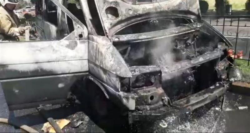 В Алматы сгорело авто, внезапно вспыхнувшее на дороге