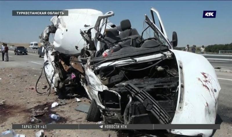 Пять пассажиров микроавтобуса, врезавшегося в КамАЗ, погибли