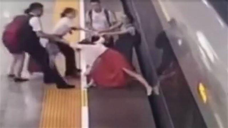 Женщина попыталась ногой остановить скоростной поезд