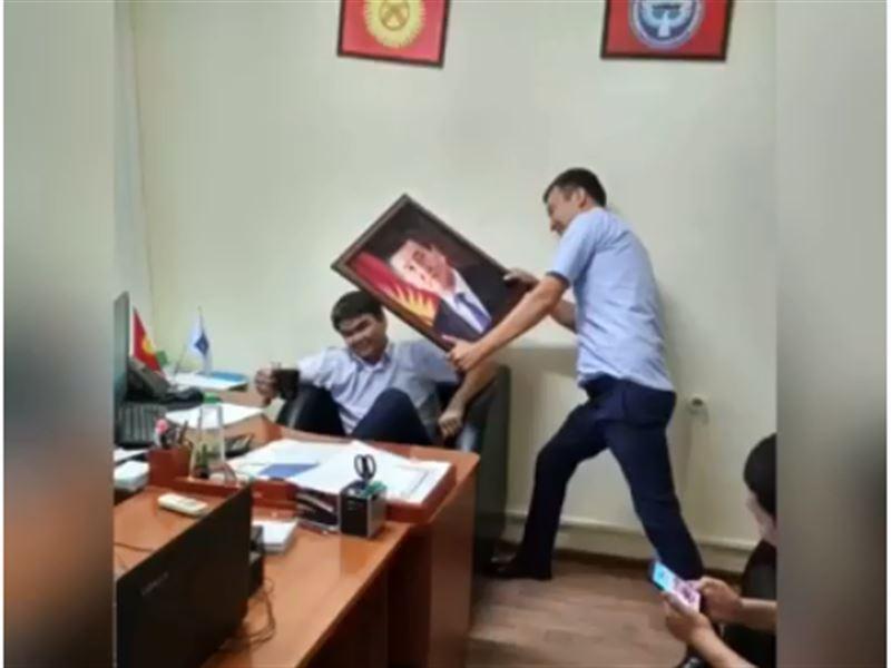 Қызметкерлер президент портретімен бір-бірін ұрып, видеоға түсірген