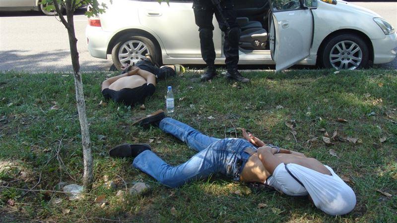 В Алматы в ходе спецоперации полиция изъяла гранату, нож и пистолет