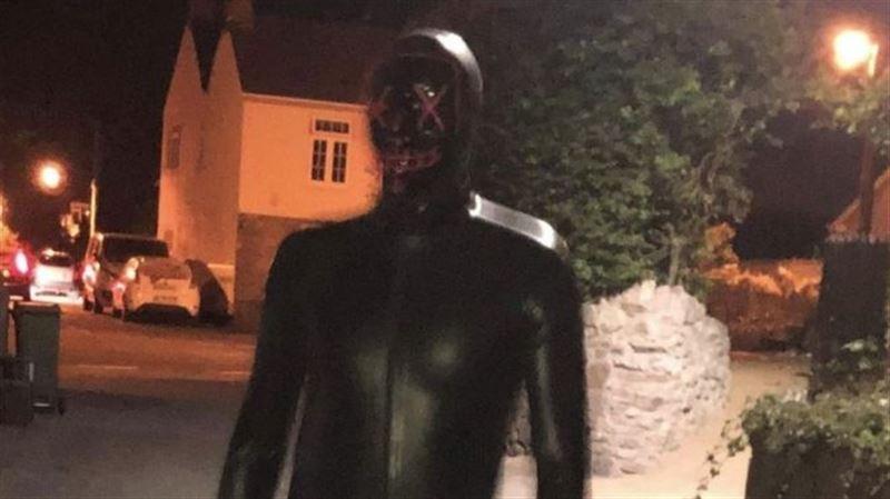 Мужчина в латексном костюме держит в страхе жительниц британской деревни