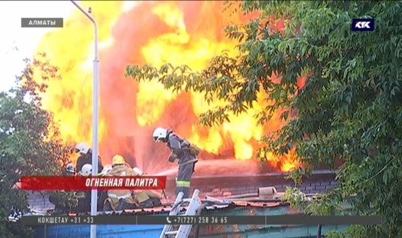 Тушить пожар на лакокрасочном заводе в Алматы пришлось с воздуха