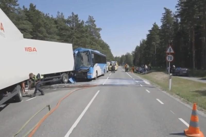 Автобус пен жүк көлігі соқтығысып, 26 адам жараланды