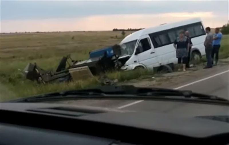 Микроавтобус и трактор столкнулись в Костанае