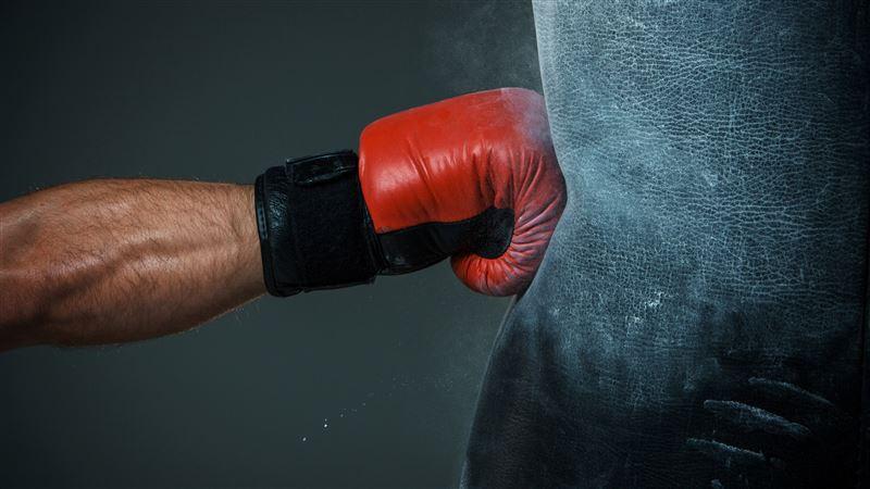 Бірде-бір рет жеңілмеген боксшы жекпе-жектен кейін шұғыл ауруханаға жеткізілді