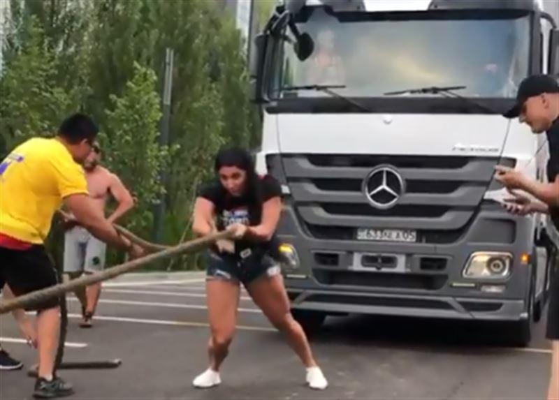 Казахстанская чемпионка по пауэрлифтингу сдвинула 17-тонный грузовик за 30 секунд