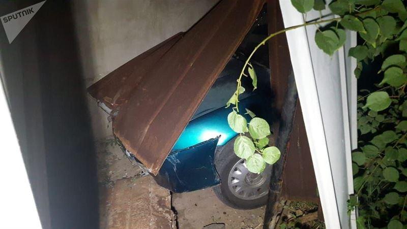 Водитель сбил человека, после чего врезался в частный дом