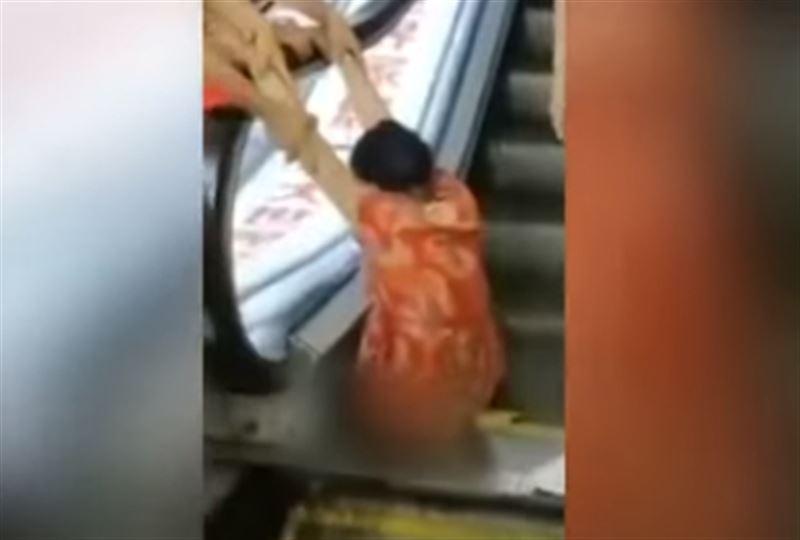В Китае женщина застряла на эскалаторе и лишилась ноги