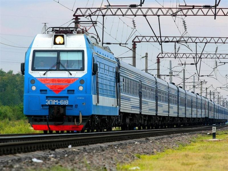 Президент Казахстана поручил разобраться с дефицитом билетов на поезда