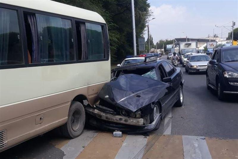 Авто на большой скорости врезалось в школьный автобус