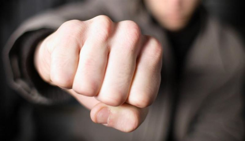 Мужчина ударил кулаком женщину по лицу на базаре в Атырау