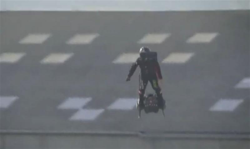 Французский экстремал пытался перелететь через Ла-Манш, но рухнул в воду