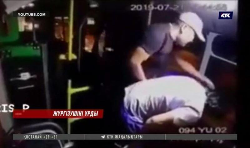 Алматыда екі ер адам автобус жүргізушісін жабылып ұрды
