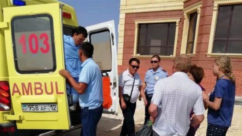 Рабочие спасли семью, которая едва не утонула в водоканале в Актау