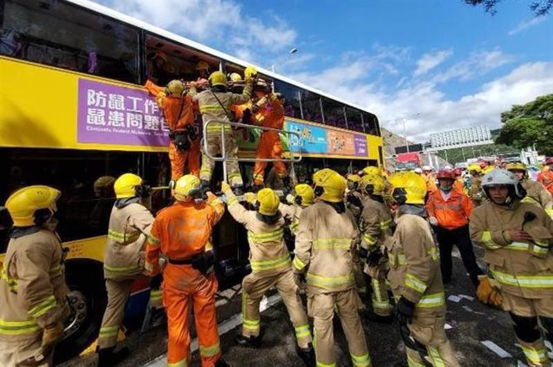 Гонконгта екі автобус соқтығысып, 77 адам зардап шекті