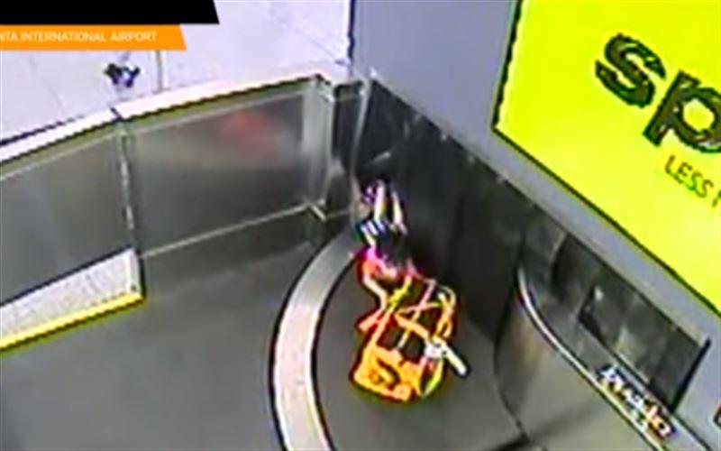 Ребенка завалило чемоданами в аэропорту Атланты