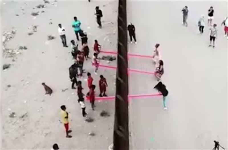 Розовые качели появились на границе США и Мексики