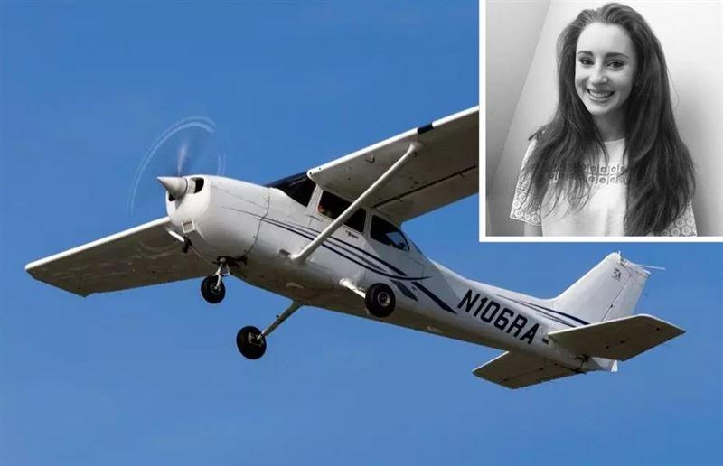 В панике сломала дверь и выпала из самолёта 19-летняя девушка