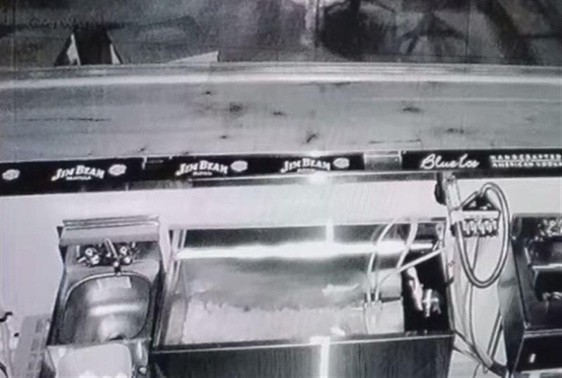 Пугающие кадры: стулья в баре передвигались сами по себе