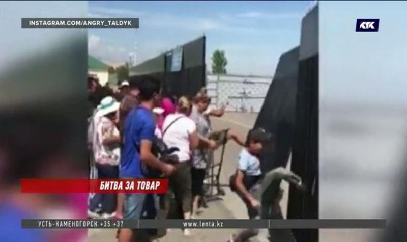 На КПП «Хоргос» толпа челночников взломала склад
