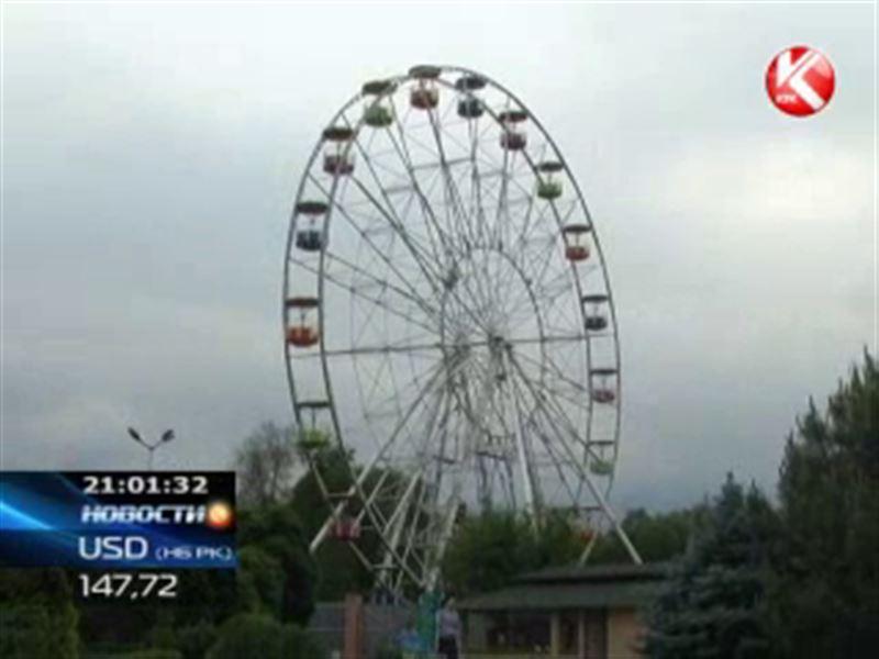 В Алматы с колеса обозрения сбросился мужчина